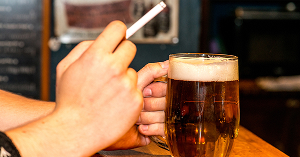 ¿Por qué beber mucho alcohol aumenta el deseo de fumar más?